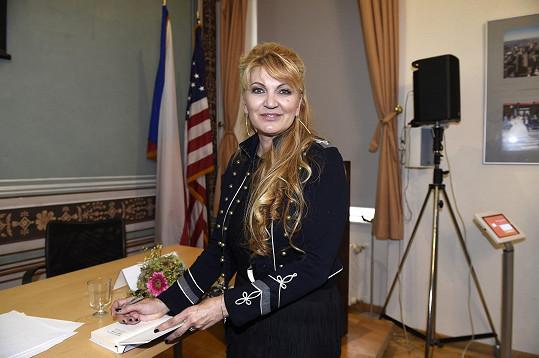 Manželka Miloše Formana se objevila v Praze.