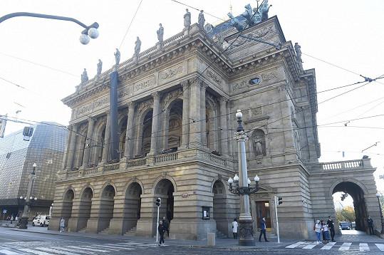 Národní divadlo se v pondělí zahalilo do smutku.