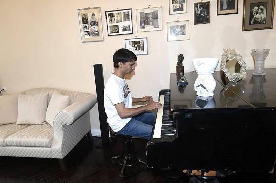 Tady Radek skládá písně. Klavír si ladí sám.