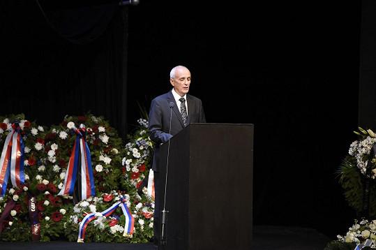 Na pohřbu jako první promluvil ředitel Národního divadla Jan Burian.