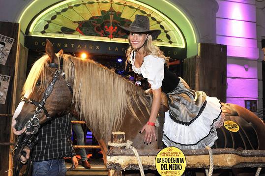 Zvládla s přehledem vylézt na koně.