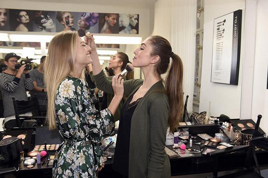 České Miss se učily od profesionálů, jak se správně líčit.