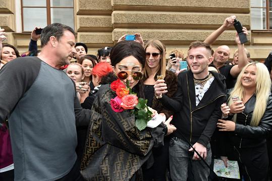Těšila se z darovaných růží.