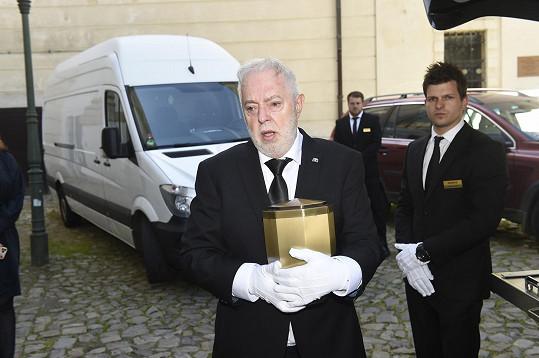 Ostatky Evy Pilarové přivezl vůz, zlatou urnu pak do baziliky přenesl vdovec Jan Kolomazník.