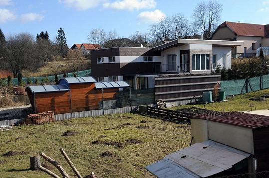 Dům ve vesničce Řitka za Prahou stavěli Roman a Tereza sedm let.