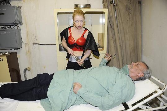 Míša si zahrála i na zdravotní sestru.
