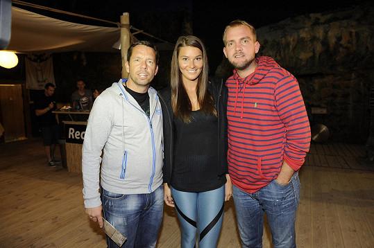 Nikol s moderátorem Liborem Boučkem a fotbalistou Pavlem Horváthem