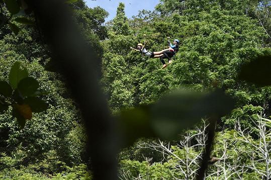 Aby mohla děvčata letět vzduchem popředu a simulovat tak let, tak se s nimi na laně spustili i zaměstnanci atrakce.