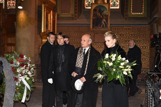 Poklonit se kamarádovi přišel textař Michal Horáček s manželkou Míšou.