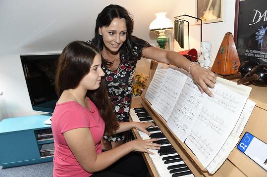 Miluje hru na klavír a zpěv a ráda by se věnovala hudbě...
