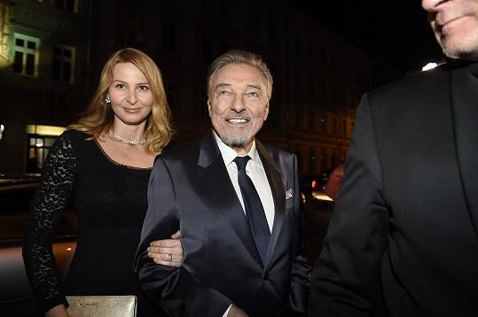 Karel Gott dorazil na premiéru v dobré náladě. Usmívala se i Ivana.