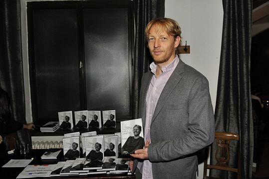 Karel Janeček vydal o svém soukromí a názorech knihu.