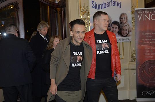 Jan Bendig a jeho přítel přišli v tričkách s Karlem Gottem.