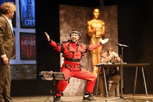 Na trumpetky připevněné ke kostýmu hraje doopravdy.
