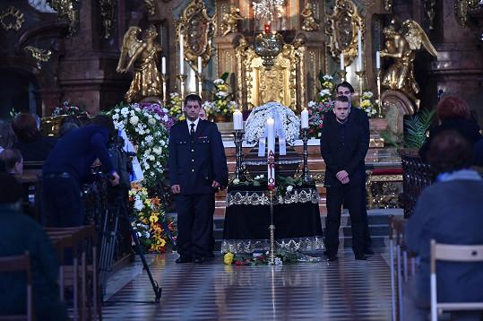 U rakve drží čestnou stráž hasiči z Kytína, kde Landovský žil.