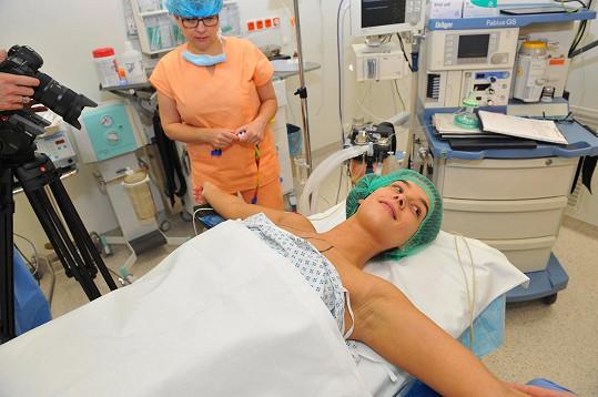 Takže skončila na operačním sále.