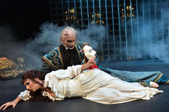 Tady Christine masku Fantomovi strhne.