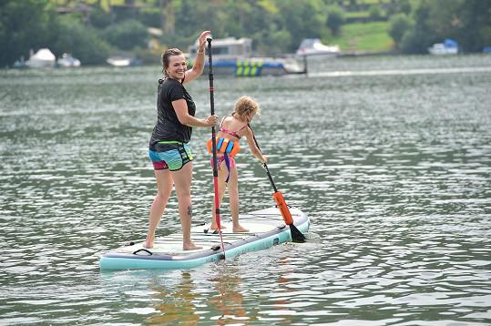 S Martou si paddleboard užívá i její sedmiletá dcera Maruška.