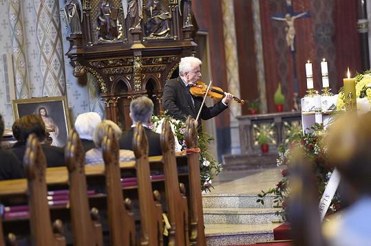 Nejen v divadle, ale také v kostele sv.Ludmily jí zahrál Jaroslav Svěcený.