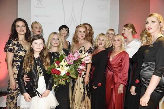 Návrhářka Alena Wilson se svými modelkami.