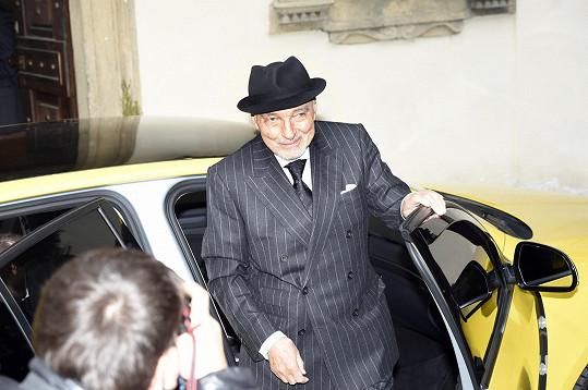 Karel Gott přijel na oslavu narozenin herečky Jiřiny Bohdalové v kloboučku.