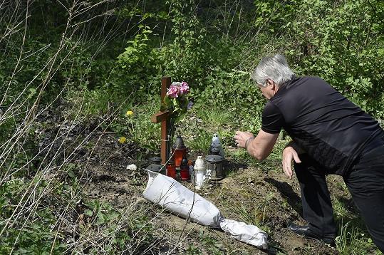 U kříže u kolejí zapálil Rychtář také svíčku a položil květinu.