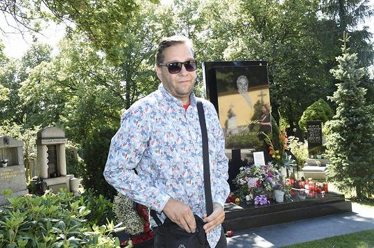 Hrob navštívil také Patrik Rokl, kterému byl zlatý slavík v dětství za kmotra.