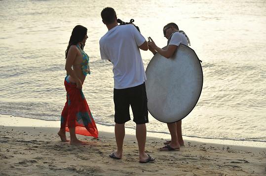 Eva Decastelo při focení na pláži s týmem