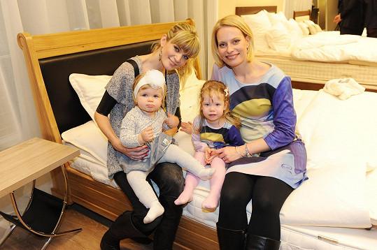 Zprávařky z Televizních novin se svými dcerami