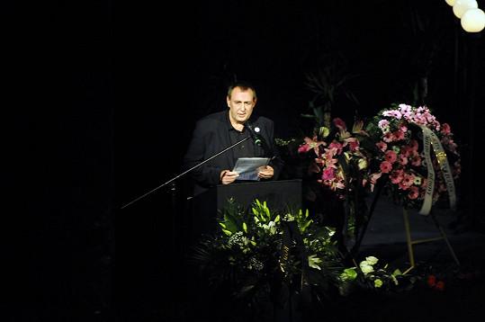 S dědou Potůčkem se za Hereckou asociaci rozloučil prezident Jiří Hromada.