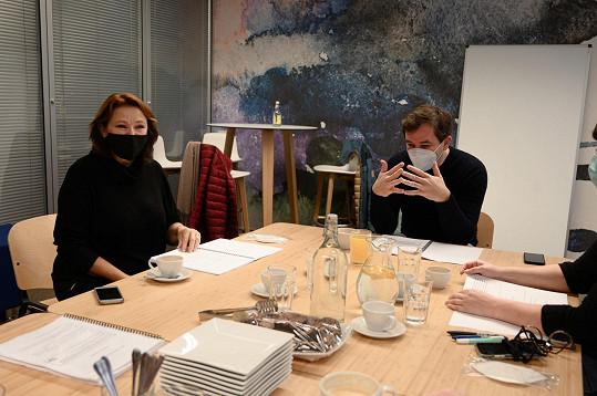Pro Studio DVA nyní Adamovská zkouší hru Tři grácie z umakartu. Na snímku ze čtené zkoušky s Ondřejem Sokolem, který hru režíruje.