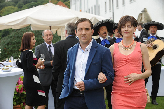 Matouš hraje v zoufalkách manžela Kláry Issové.