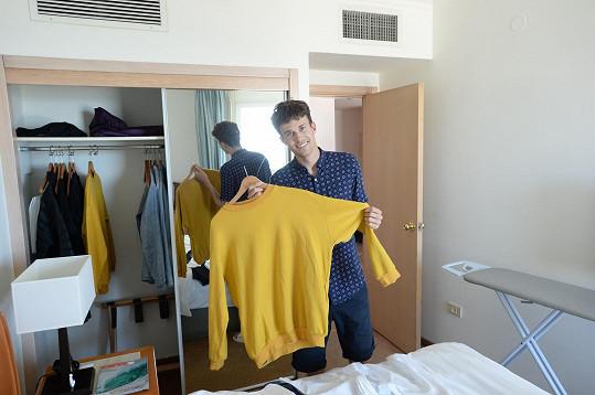 Albertovi by měl přinést štěstí tento svetr, který mu upletla sestra.