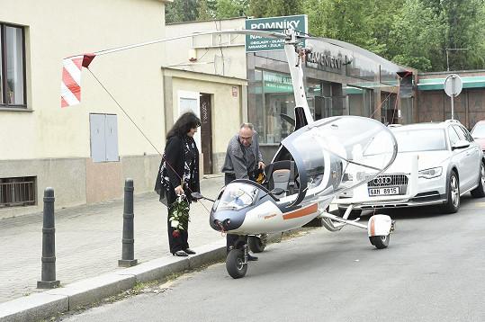 Vrtulník Josefa Mladého stál před strašnickým krematoriem. Dopravil ho tam bratr Josefa Mladého.