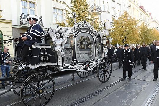 Rakev vezl honosný pohřební kočár.