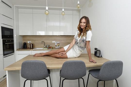 Pózování v luxusní kuchyni od Oresi jí rozhodně jde...