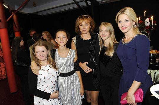 Sabina s Vájou a Bárou Munzarovou s dcerou a její kamarádkou.