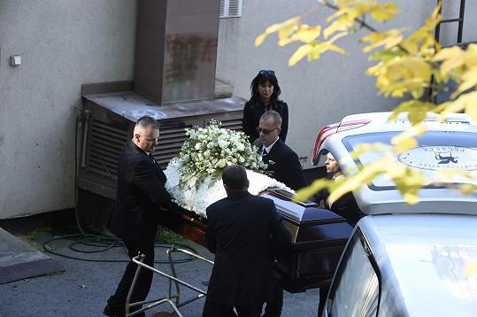 Zpěvákovy ostatky byly dovezeny ke zpopelnění do pražského motolského krematoria.