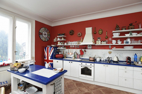 Část, kde se vaří, je laděná do barev britské vlajky, jejíž motiv nese i lednice.