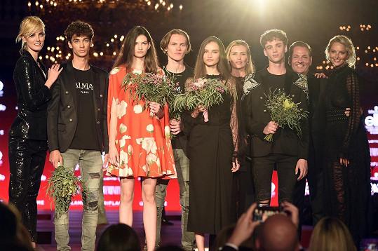 Nejúspěšnější finalisté a s nimi v pozadí ambasadorky projektu Denisa Dvořáková a Michaela Kociánová, topmodelka Daniela Peštová a ředitel soutěže Saša Jány.