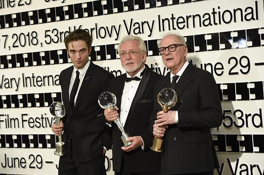 Na závěrečném ceremoniálu byli oceněni Robert Pattinson, Jaromír Hanzlík a Barry Levinson (zleva).