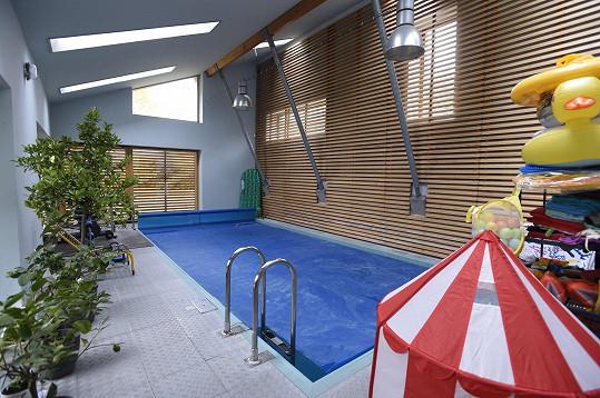 Součástí domu je i krytý bazén, momentálně už zazimovaný.