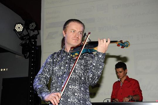 Na housle zahrál Pavel Šporcl.