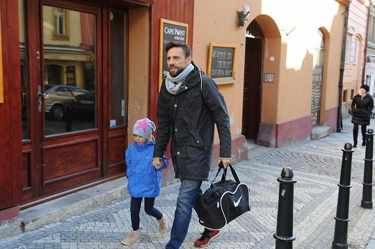 Roman Vojtek je stále vzorným otcem. S manželkou se snaží, aby jejich dcera Editka jejich rozchodem netrpěla.