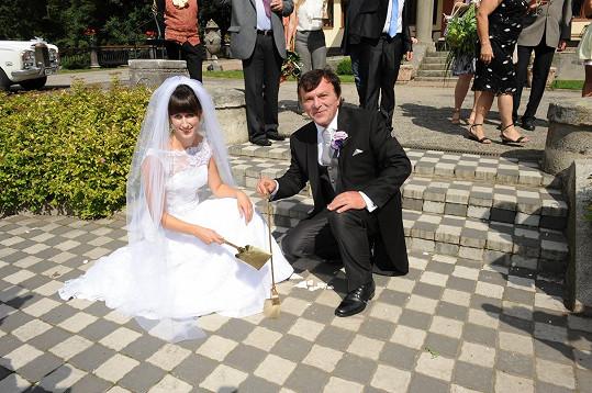Podle tradice museli novomanželé zametat rozbitý talíř.