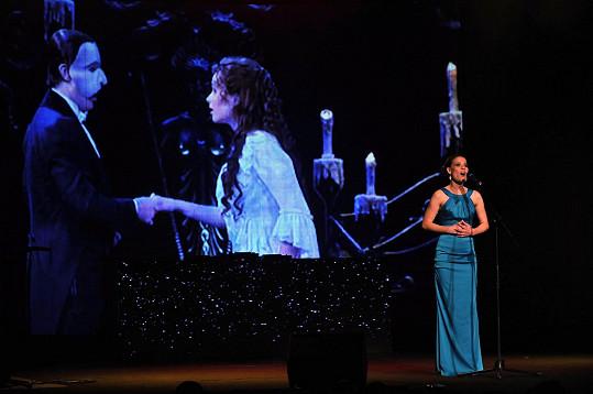 V pozadí se při její árii promítala scéna z Fantoma opery.
