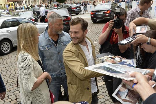 Jamie Dornan přiletěl do Prahy z Londýna, do Varů dorazil autem.