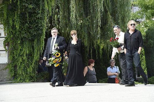 Mezi smutečními hosty byli i zpěvačka Petra Černocká a Jiří Pracný