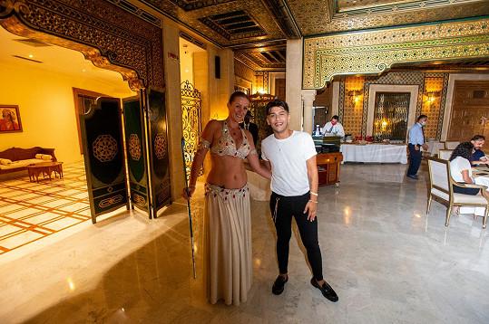 S orientální tanečnicí v nejlepší restauraci na ostrově