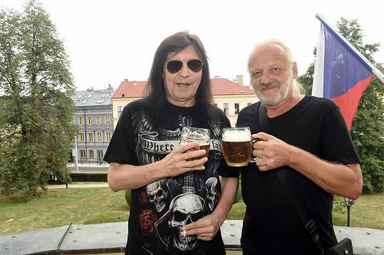 Pivo si ještě dá (na snímku s kolegou Danem Horynou, který působil v kapele Vitacit), panáky ale pořádně omezil.